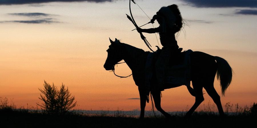 Indianer bei Sonnenuntergang in der Prärielandschaft