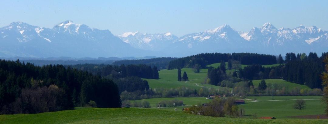 Begleitet von einem grandiosen Bergpanorama führt der Weg über den Kalvarienberg.