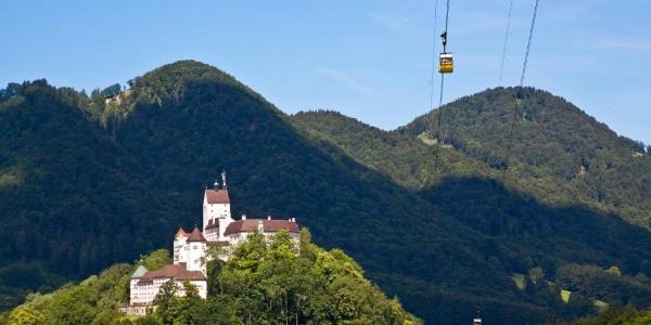 Schloss Hohenaschau mit Kampenwandseilbahn