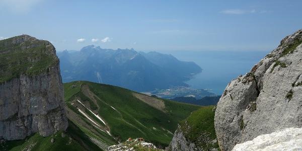 Blick zum Genfersee von der Tour de Mayen.