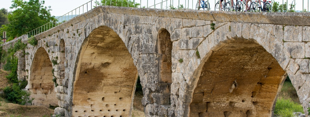Radfahren über die Pont Julien im Luberon