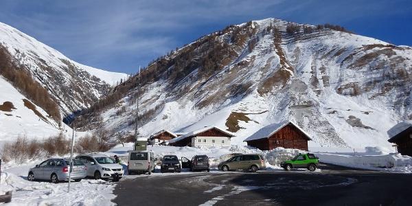 Der Weiler Kasern, ganz hinten im Schmirntal, mit Parkmöglichkeiten (kostenlos). Den Umkehrplatz für den Regionalbus unbedingt freihalten!