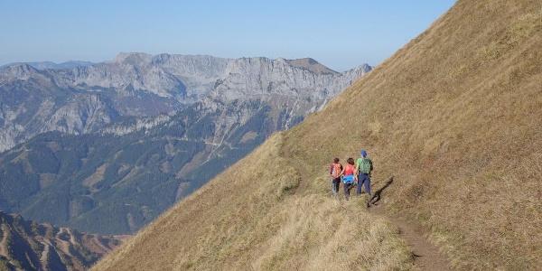 Links unten der Erzberg: Luftige Querung durch die steilen Grashänge hinter dem Rösselhals am Reichenstein
