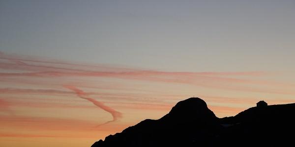 Aufbruch vor Sonnenaufgang: Rückblick zu Reichenstein und Reichensteinhütte am Beginn der Marathonetappe nach Johnsbach