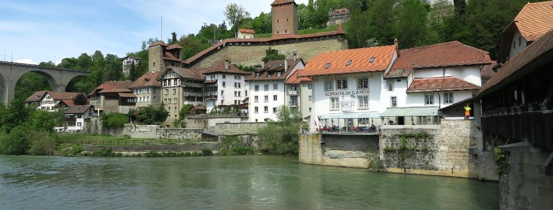 Die Saane durchfliesst die Unterstadt von Fribourg.