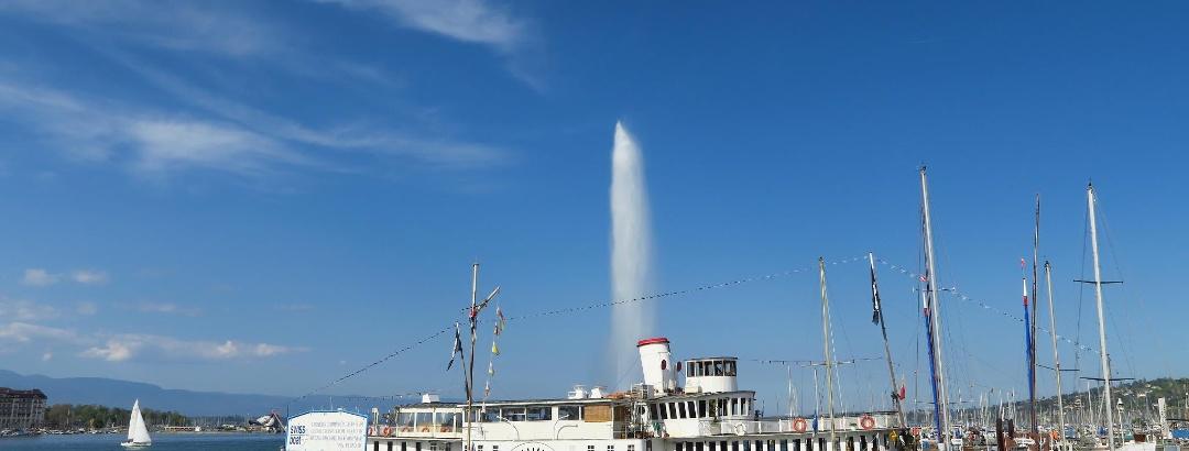 Jet d'eau, davor das stillgelegte Dampfschiff «Genève».