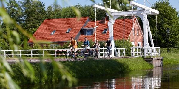 Radfahrer auf Klappbrücke in Papenburg