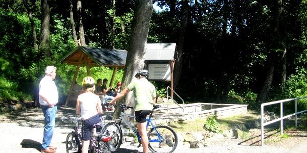Radfahrer am Kneippbecken