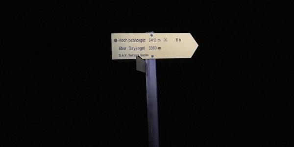 Wegweiser zum Saykogel im Licht der Strinlampe