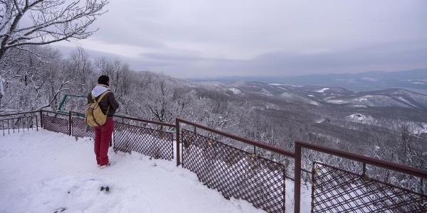 Turista sledujúci okolitú krajinu z Dobogókő