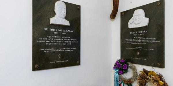 Mellette Peták István, a Másfélmillió lépés Magyarországon című kultikus tévésorozat egyik megálmodójának a tábláját is elhelyezték