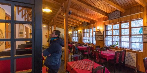 Ein Restaurant des Schutzhauses von den zwei