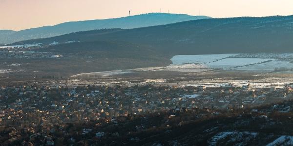 A kilátás a Petőfi-kilátótól Budapest felé: jól látszik a Hármashatár-hegy, sőt a Gellérthegy is