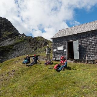 Böseckhütte mit Straköpfe im Hintergrund