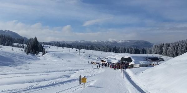 Die Bergstation der Winklmoosalm, der linke Weg ist der Wanderweg/die Loipe