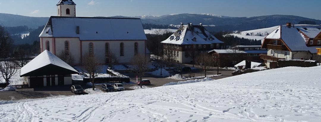 Kirche Breitnau - im Hintergrund der Feldberg