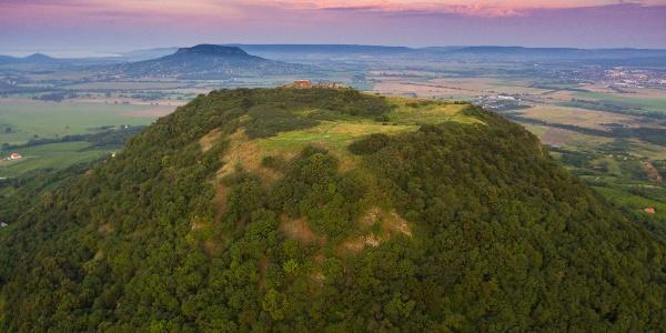 Charakteristický kuželovitý tvar vrchu Csobánc