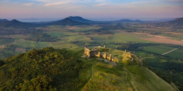 Die Burg von Csobánc aus der Höhe. Vor dem Balaton,im Horizont befinden sich die Zeugenberge