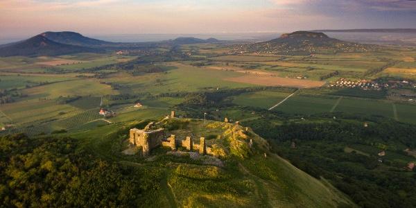 A csobánci vár a magasból. A horizonton a Gulács, a Badacsony, a Szigligeti-hegy és a Szent György-hegy