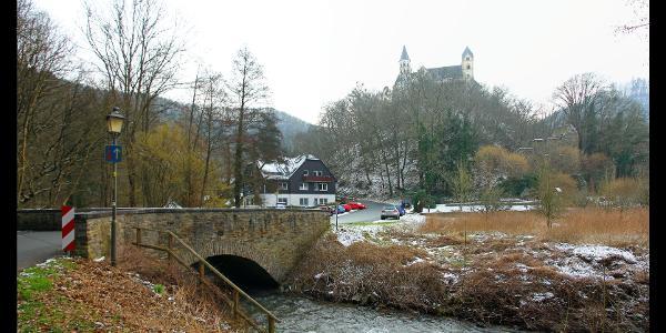 Kloster Arnstein (oben) und Kirchenruine St. Margareta (rechts) von der Brücke über den Dörsbach