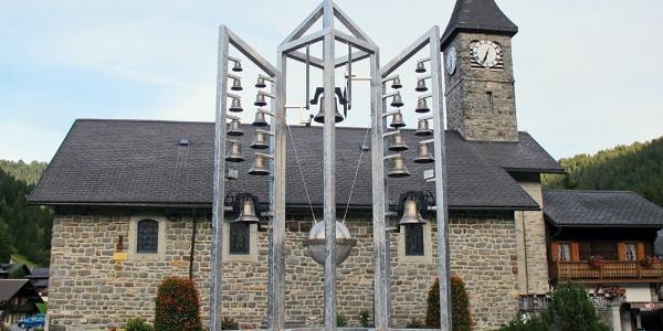 Glockenturm vor der Kirche Morgins.