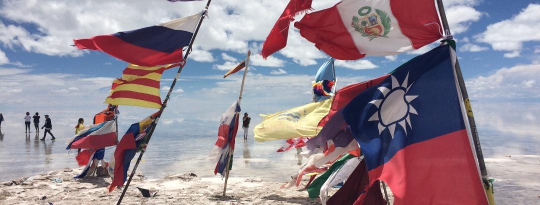 Meer aus Flaggen in der Salzwüste von Uyuni
