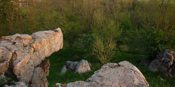 A szentbékkállai kőtenger ingókövének tetején