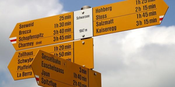 Wegweiser am Schwarzsee.