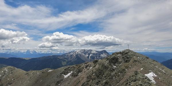 Die Leiterspitze (2.375m) im Herzen der Sarntaler Alpen ist im Vergleich zu anderen Sarner Destinationen ein recht ruhiger Gipfel - im Süden schweift unser Blick über die Sarner Scharte hinaus zu den Dolomiten zu Sella, Lang- und Plattkofel und Rosengarten