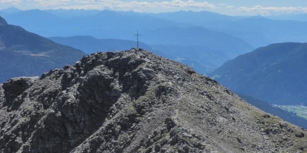 Blick zur Leiterspitze von der unmittelbar nördlich und mit 2.422 Metern nur unwesentlich höher gelegenen Radlspitze, auf die wir unsere Tour ausdehnen und dann über den Radlsee zur Gentersbergalm zurückwandern können
