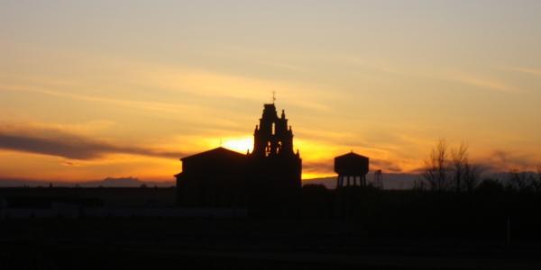 Die Kirche von Riego del Camino liegt außerhalb vom Ort