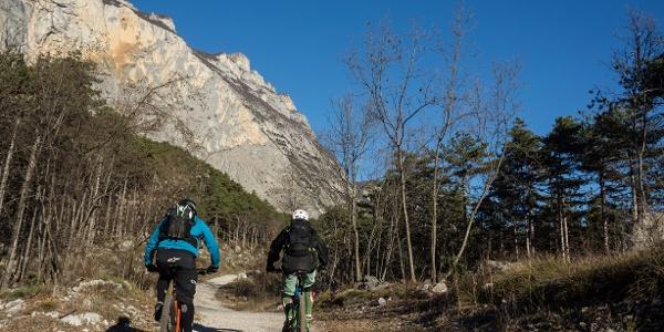 Passaggio del percorso con la parete del Monte Brento sullo sfondo