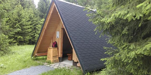 Schutzhütte auf dem Auerhahnweg bei Satzung