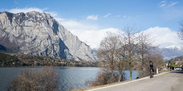 The road that runs along Lake cavedine