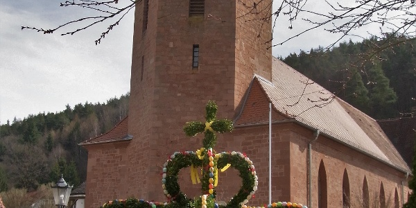 Der geschmückte Osterbrunnen in der Dorfmitte