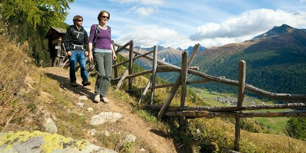 Wanderer auf dem Gommer Höhenweg