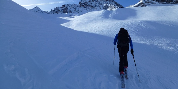 Am Hangererferner. Im Hintergrund ist der Gipfelaufbau des Eiskögeles 3233m zu erkennen.