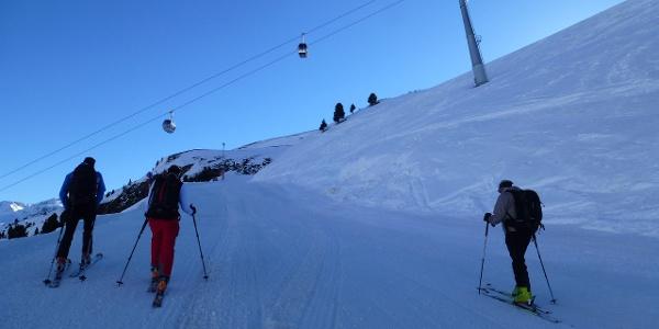 Der Aufstieg erfolgt zunächst über die Skipisten hinauf an den Beginn des Gaisbergtales