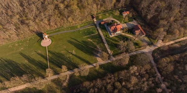 A Káld-hidegkúti vadászház a magasból, a bal oldalon a Kisboldogasszony kápolna