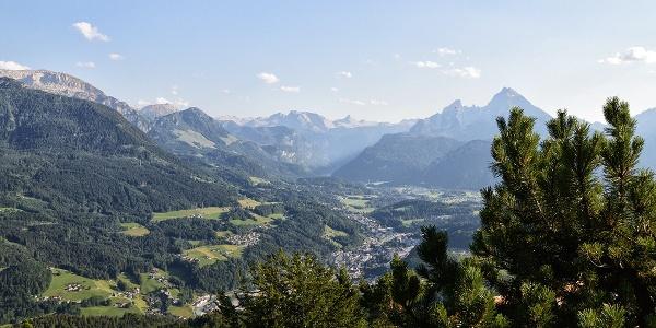 Blick von der Kneifelspitze über Berchtesgaden zum Watzmann