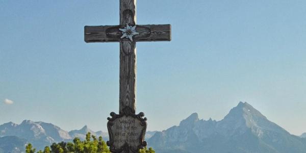 Das Gipfelkreuz der Kneifelspitze  vor dem Watzmann