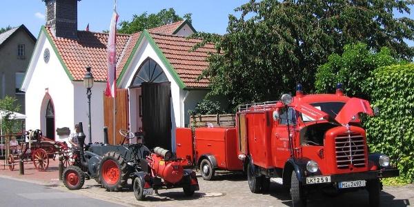 Historische Feuerwehrfahrzeuge vor dem Museum