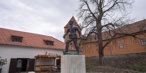 Socha Jurišiča na nádvorí hradu