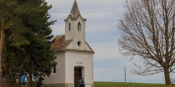 Kirándulók a Belovich-kápolnánál