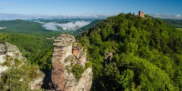 Blick auf Asselstein und Burg Trifels