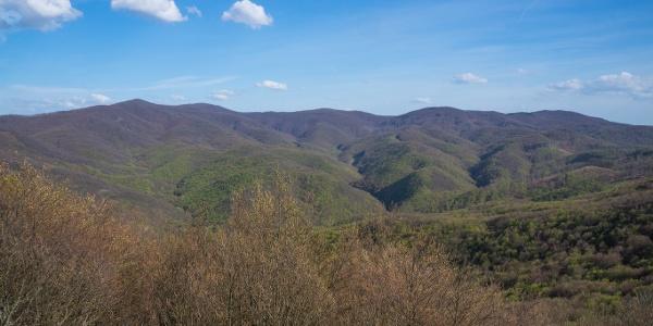 Lakatlan hegyvilág képe tárul fel