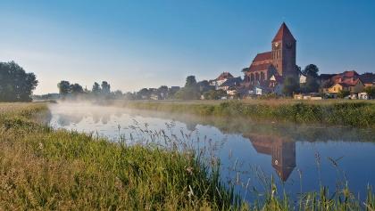 Von der Naturlandschaft rund um die Trebel hat man einen wunderbaren Ausblick auf die Stadt Tribsees.