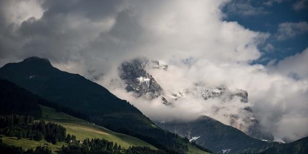 Dents du Midi cachés par des nuages.