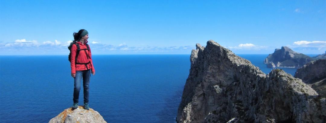 Am Gipfel des Talaia Vella mit Blick auf den Gratverlauf der Serra del Cavall Bernat und das Cap Formentor rechts im Hintergrund