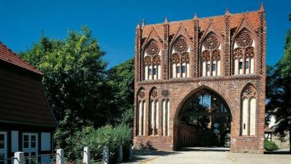 Trutzig und doch in Teilen filigran: das Stargarder Tor begrüßt die Besucher Neubrandenburgs.